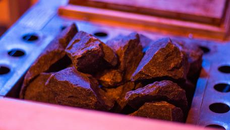 Der Ofen mit den heißen Steinen in der Sauna
