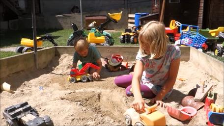 große Sandkiste und Kinderfuhrpark am Biobauernhof Stadler