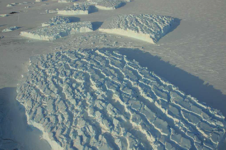 Iceberg hautement fracturé piégé dans la banquise, au front du glacier de l'Astrolabe, en Antarctique. Photo : Bruno Jourdain