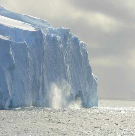 Terminus du glacier Totten. La glace, hautement fracturée, peut se détacher du glacier et former un iceberg. Photo : Bruno Jourdain