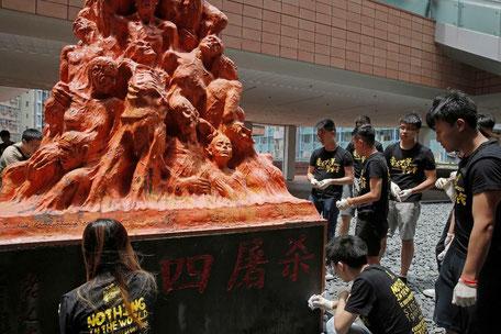 Aktivister i Hongkong opstiller mindesmærke for de dræbte ved Tiananmen