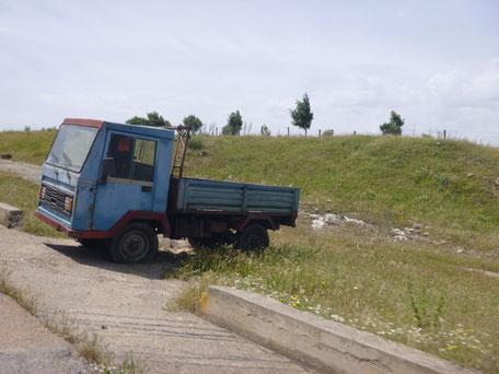 Autowrack auf dem Weg nach Aritzo