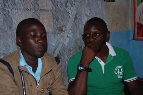 Geofrey (li.) und Tom, Sozialarbeiter im AWOFS-Team