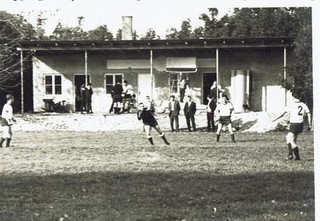 Das Sportheim geht langsam seiner Vollendung entgegen Den TW Siggi Erlebach schießen Arnold Hornik, Franz Donabauer und Anton Leidl warm.