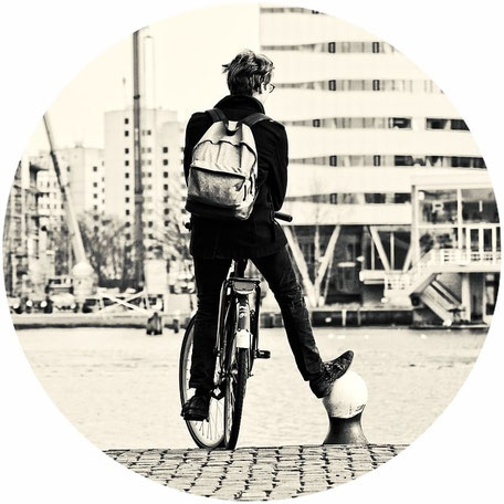 Homme sur un vélo d'occasion