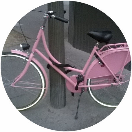Vélo hollandais rose in Paris by SR