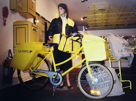 vélo la poste d'occasion dans un musée