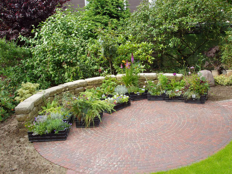 Gärtner Herford: Runder Platz, gepflastert mit perfektem Gefälle: nachhaltige Qualitätsarbeit von Korfmacher Gartengestaltung