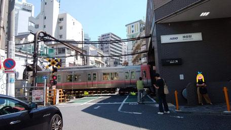 神泉駅の踏切とトンネル。左側が渋谷方面。