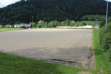 Hartplatz in Seltmans: Gut 30 Jahre Betrieb sind dem Platz anzusehen. Ohne Ausweichplatz kommen die Fußballer des TV Weitnau und der SG Kleinweiler-Wengen jedoch nicht durch die kalte Jahreszeit.