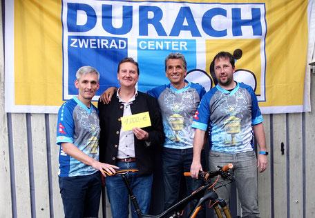 Biketeufel übergeben 1000 Euro an den TSV Kleinweiler-Hofen, v.l. Michael Kresser, Roland Albrecht - einer TSV-Vorstände, Dietmar Kalbrecht und Alexander Ihler