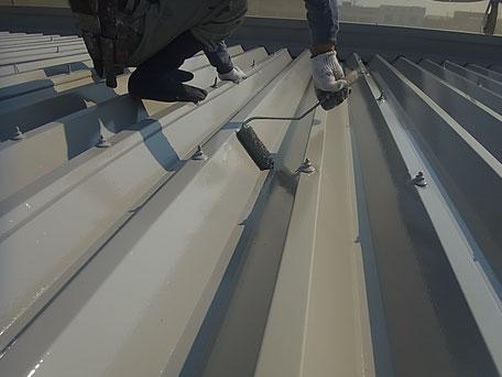 折板屋根のローラー塗装中。熊本市Y様事務所