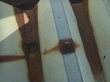 折半屋根のサビ腐食による穴開き、雨漏り原因。