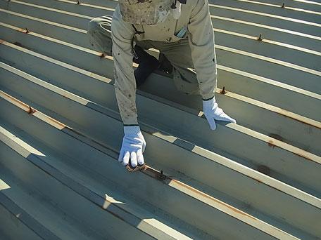折半屋根サビ除去下地処理。