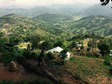 Sagar blickt ins Tal. Bis zum Dorf ist es nicht mehr weit, der lange Fußmarsch ist fast geschafft.