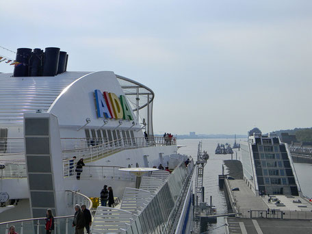 AIDA am Hamburg Cruise Center Altona mit Blick nach achtern