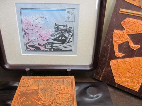 徳川家康の生まれた岡崎城をゴムに手彫りしています。おかざき匠の会 神尾印房