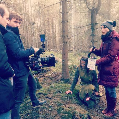 """Nicolas C. Geissler (mit Kamera) beim Dreh des Teasers der """"Black Forest Witch"""""""