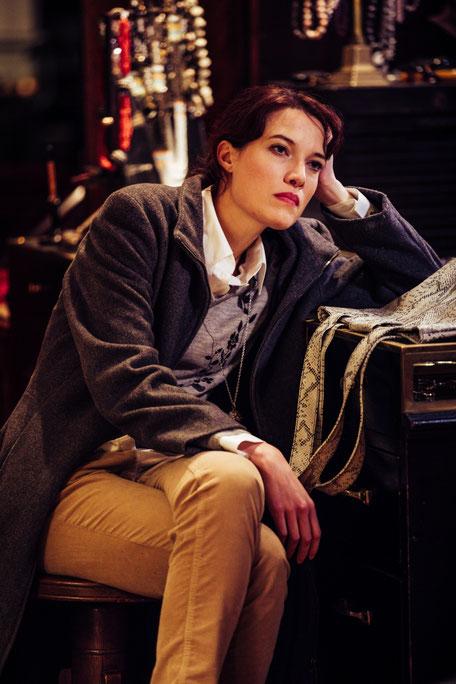 """""""Wo bin ich da nur reingeraten?"""", rätselt Helena Dupré, gespielt von Nadine Knobloch. (Foto: Diana Tischler)."""