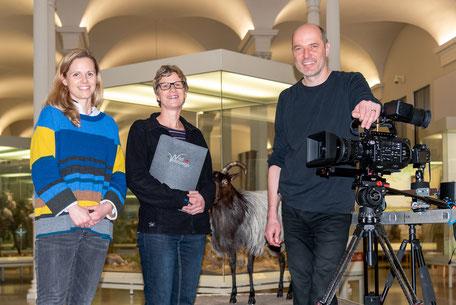 """V. l. n. r. Dr. Constanze Hampp vom Naturkundemuseum Karlsruhe mit den Filmemachern Katrin und Marco Ruppert bei Dreharbeiten zur Naturdokumentation """"WildWestwegs""""."""