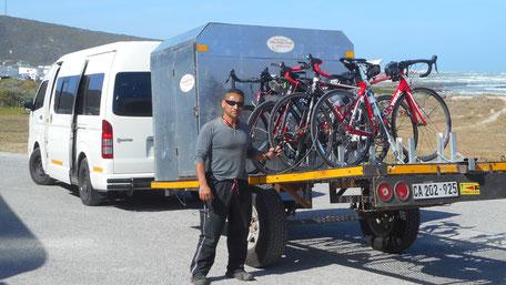 Der Begleitbus transportiert Nicht-Radfahrer und Sportgeräte während der Radreise durch Südafrika