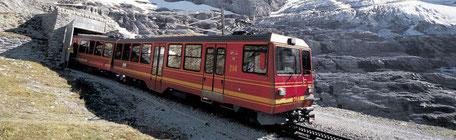 Die Jungfraubahn vor dem Tunneleingang beim Eigergletscher.