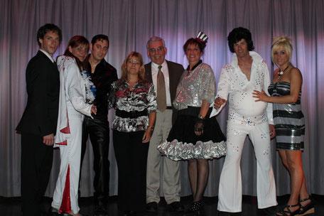 Les comédiens d' ''À la recherche d'Elvis'', Sylvie Juteau (Présidente de la troupe et productrice de la pièce), ainsi que Monsieur Cadieux (Président d'Adhémar-Dion)