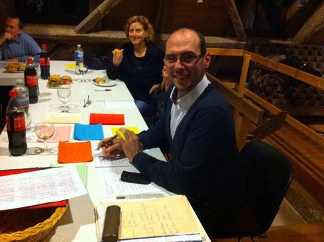 Maritta Vöglte und Manuel Knapp freuen sich über die ersten Angebote der Anwesenden für die Flüchtlinge und Asylbewerber.