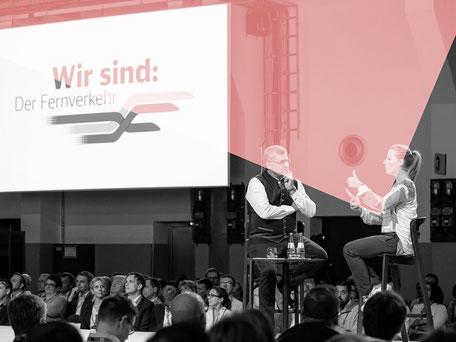 Sandrina Mahlberg moderiert auf einer hochrangigen Führungskräfte-Veranstaltung