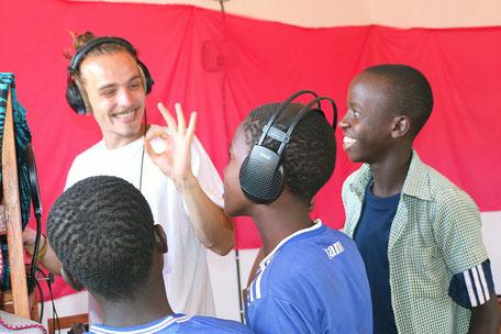 Andi mit Schülern der OWSK beim Musikunterricht // Vier Monate war der Mannheimer Student an der deutsch-tansanischen Modellschule in Ostafrika