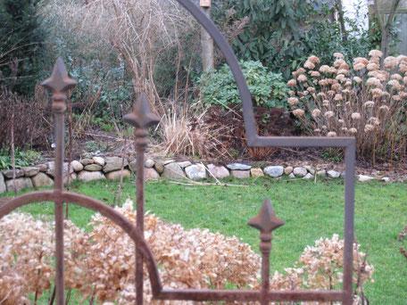 Bild: Dekoration aus Rost im Garten