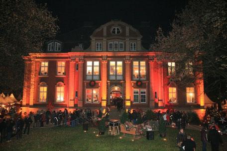 Bild: Schloss Eldingen romantisch beleuchtet, in rotem und gelben Lichterglanz