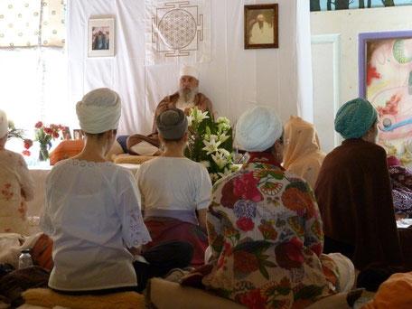 Guru Dev Singh und Sangat beim Surhjee