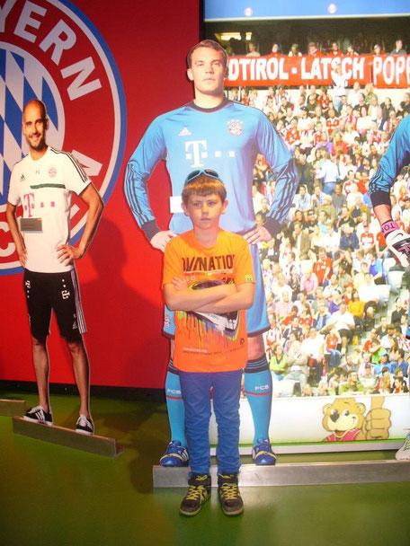 Julian mit seinem Vorbild Manuel Neuer