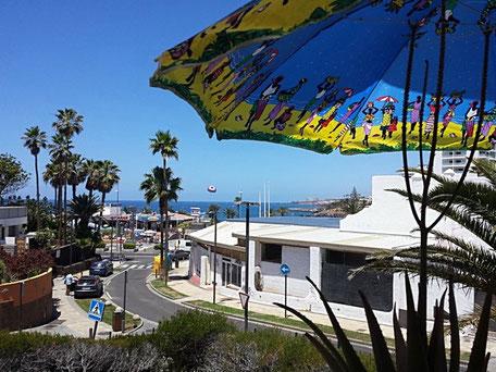 Meerblick vom Balkon durch die Strasse zum Strand.