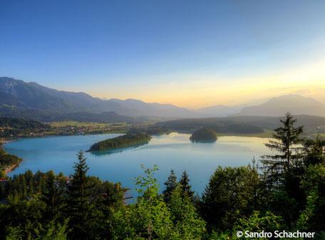 Faaker See mit halbinsel. Blick vom Tabor aus. Dobratsch und Karawanken.