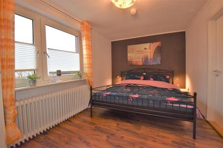Gemütliches Schlafzimmer mit großem Bett