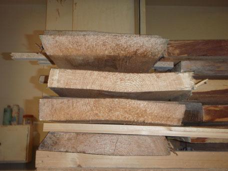 Verzogene Holzbohlen die falsch gelagert wurden.
