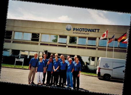 SOLARA Mitarbeiter (z.B. untere reihe 4. v. li. Bozena Frejlich, hintere Reihe 4. v. li. Frank Heise) und Inhaber (li. Thomas Rudolph, hintere Reihe 5. v. li. Hans Jacobs) bei einem Betriebsausflug zu einer Produktionsstätte in Frankreich