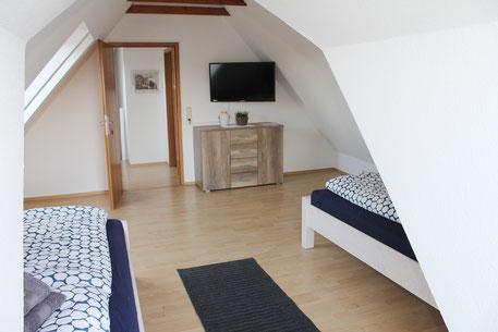 Zimmer 3: Zwei Einzelbetten auch als Doppelbett, TV, Kommode, WLAN