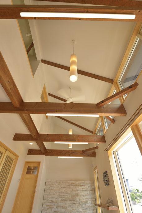 大きな吹抜けの家の天井を見上げる