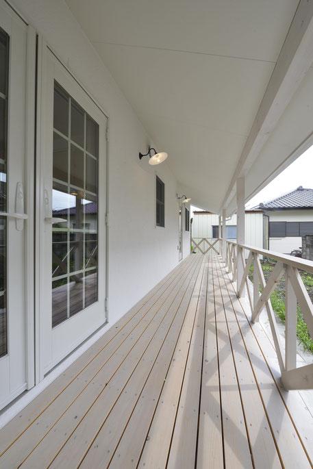 デッキのある平屋の家の北欧風の白色のデッキ