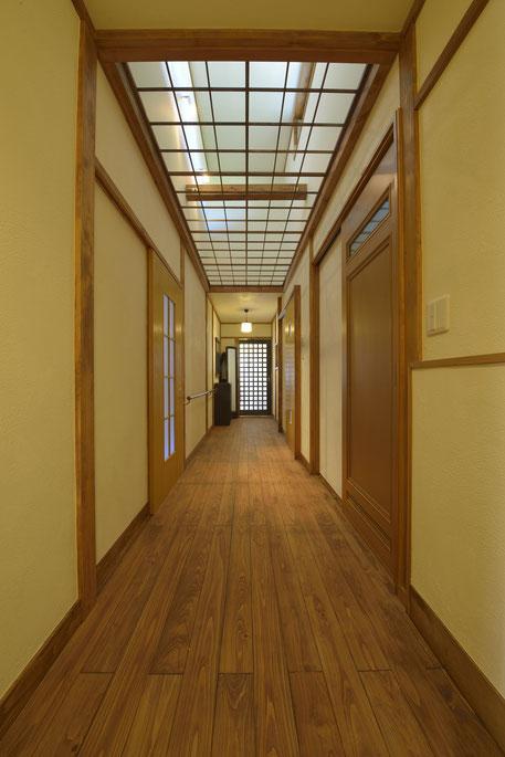 御用堀の家の吹抜けのある圧巻の廊下