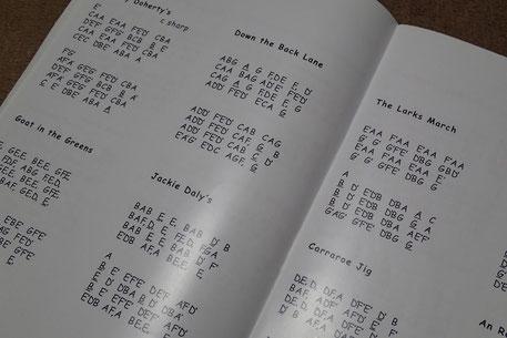 アイルランドではこのようなアルファベット表記の楽譜がよく用いられています。こちらはエニスの楽器、楽譜、CDを取り扱う「カスティーズ」が出しているオリジナル楽譜です。