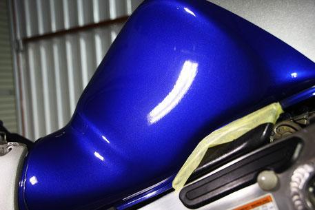 隼のタンクの擦り傷除去 バイク磨き専門店 パールスズキディープブルー 濃色車の磨き