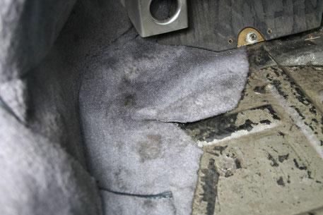ポルシェ930カーペットの汚れ