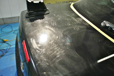 トランクの傷・白ボケが目立つBNR34Mスペック黒 洗車傷 ペーパー傷 スクラッチ