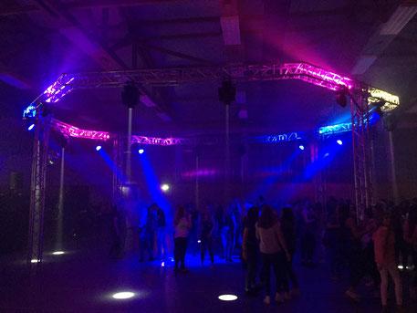 Lichtanlage auf einer Abi-Feier in einer Sporthalle