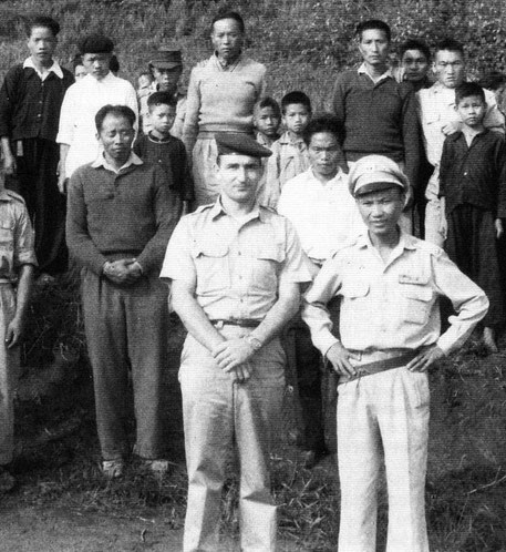 MARS 1960. Camp d'entrainement FAL à Khang Khai. A droite, le futur Général VANG PAO