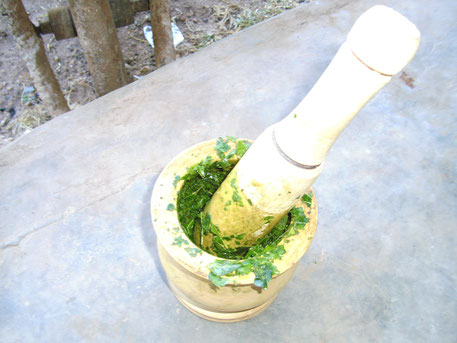 Moringa Paste Herstellung mit Stößel